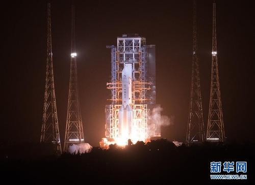 """嫦娥五号探测器发射成功 开启月球""""挖土""""之旅"""
